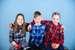 Het hebben van smakelijke snack De groepstieners eten appelen Jongen en meisjes de vrienden eten appelsnack Tienerjaren met gezon stock foto's