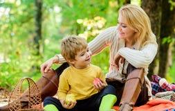 Het hebben van snack tijdens stijging Gelukkige kinderjaren Mamma en jong geitjejongen die terwijl het wandeling van bosfamiliepi stock afbeelding