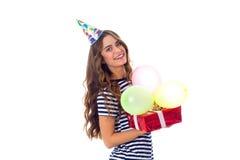Het heden en de ballons van de vrouwenholding Royalty-vrije Stock Afbeeldingen