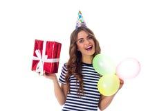 Het heden en de ballons van de vrouwenholding Royalty-vrije Stock Fotografie