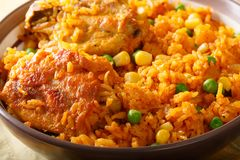 Het heerlijke Braziliaanse kip en rijstclose-up van Galinhada Mineira Stock Foto