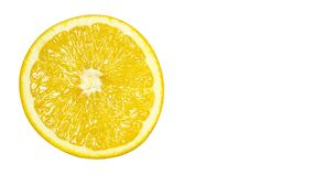 het heerlijke en sappige oranje die hoogtepunt van vitaminen en anti-oxyderend, op witte achtergrond wordt geïsoleerd, kopieert r stock foto's