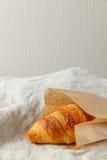 Het heerlijke Frans bakte vers croissants in document zak op een textielachtergrond Royalty-vrije Stock Fotografie