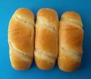 Het heerlijke Frans rolt broden Zachte en zoete broodjes over blauwe achtergrond stock afbeeldingen