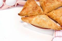 Het heerlijke gebakje van pasteifilo met kip, spinazie en feta-close-up op de lijst horizontale mening van hierboven Royalty-vrije Stock Foto's