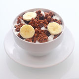 Het heerlijke graangewas van het chocoladeontbijt met banaan Stock Afbeelding