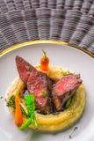 Het heerlijke hertevleeslapje vlees met aardappels stampt en groenten op witte plaat, productfotografie voor exclusief restaurant royalty-vrije stock foto