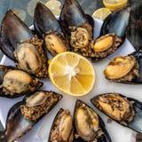 Het heerlijke smakelijke straatvoedsel bij een Turkse die haven van rijst wordt gemaakt vulde mosselen en citroen stock afbeeldingen