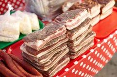 Het heerlijke traditionele Russische en Oekraïense vleesvoedsel rookte worst en reuzel op de lijst van de stadsmarkt, kleurrijk e stock fotografie