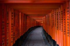 Het Heiligdom van Kyoto Fushimi Inari (Fushimi Inari Taisha) - de Weg van de Poortentunnel Stock Foto's