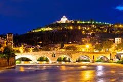 Het heiligdom van Madonna Di Lourdes en Adige-rivier in avond v van Verona Stock Fotografie