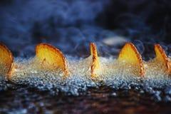 Het heldere beeld die van smakelijke korst zich op spiraal vormen sneed aardappels die in oi braden royalty-vrije stock foto's