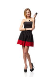 Het heldere beeld van jonge vrouw houdt cellphone, omhoog kijkend, over w Royalty-vrije Stock Foto