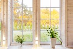 Het heldere binnenland van de fotostudio met groot venster, hoog plafond, witte houten vloer stock afbeelding