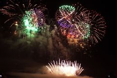 Het heldere kleurrijke vuurwerk van de vuurwerknacht Stock Foto