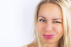 Het heldere positieve portret van de manierstudio van vrij jonge blonde vrouw, blauwe heldere ogen, maakt omhoog, sexy stijl Grap stock foto