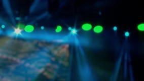 Het heldere stadium steekt opvlammende schijnwerper met Laserstralen aan Zacht nadrukeffect stock videobeelden