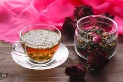 Het helen van thee met kruiden en bereed heup Stock Afbeeldingen