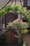 Het helft-betimmerde huis met tendriled rozen Stock Foto's