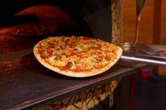 Het helft-klaar vlees pizzataken uit oven Royalty-vrije Stock Afbeeldingen