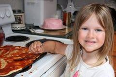 Het helpen in de keuken. stock afbeeldingen