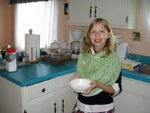 Het helpen in de keuken Stock Foto's