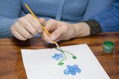 Het helpen van hand Stock Afbeeldingen