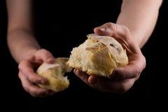 Het helpen van hand die een stuk van brood geven Mens die Brood geven, die Handconcept helpen stock foto's