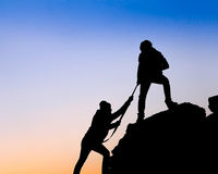 het helpen van hand tussen klimmer twee Royalty-vrije Stock Foto's