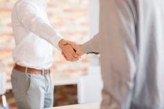 Het helpen van Hand Twee zakenman het schudden handen met buiten elkaar Royalty-vrije Stock Afbeelding