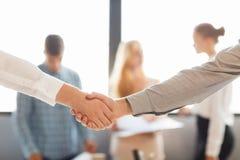 Het helpen van Hand Twee zakenman het schudden handen met buiten elkaar Stock Afbeelding