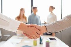 Het helpen van Hand Twee zakenman het schudden handen met buiten elkaar Stock Fotografie
