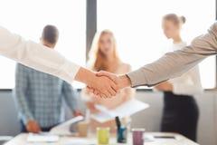 Het helpen van Hand Twee zakenman het schudden handen met buiten elkaar Royalty-vrije Stock Fotografie