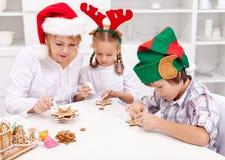 Het helpen van mamma met de Kerstmiskoekjes Stock Fotografie