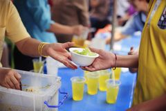 Het helpen van Mensen met Honger met Vriendelijkheid: het concept het levensproblemen, honger in de maatschappij: concept het voe stock foto's