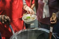 Het helpen van Mensen met Honger met Vriendelijkheid: het concept het levensproblemen, honger in de maatschappij: concept het voe royalty-vrije stock foto's