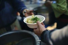 Het helpen van Mensen met Honger met Vriendelijkheid: het concept het levensproblemen, honger in de maatschappij: concept het voe stock afbeelding