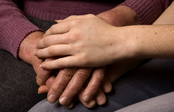 Het helpen van oude mensen