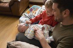 Het helpen van Papa met de Baby royalty-vrije stock foto