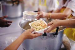 Het helpen voedt de Armen: Het Concept Honger stock foto