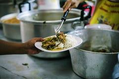 Het helpen voedt de Armen: Het Concept Honger stock afbeeldingen