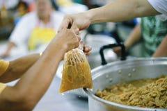 Het helpen voedt de Armen: Het Concept Honger stock foto's