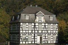 Het herenhuis van Halftimbered met slated dak stock foto's