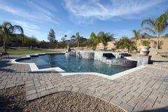 Het herenhuispool en terras van Arizona stock foto's