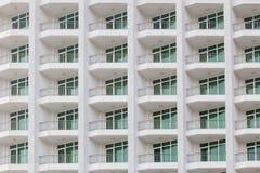 Het herhalen van patroon van vensters en balkon Buldingsvoorzijde stock afbeelding