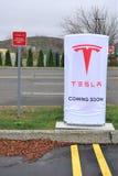 Het herladenpost van de Tesla elektrische auto in Danbury Stock Foto