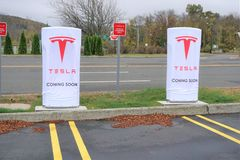 Het herladenpost van de Tesla elektrische auto in Danbury Stock Afbeeldingen