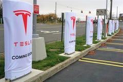 Het herladenpost van de Tesla elektrische auto in Danbury Stock Afbeelding