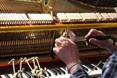 Het herstellen en het stemmen van de oude piano Stock Afbeeldingen