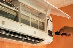 Het herstellen van airconditioner op de muur stock afbeelding